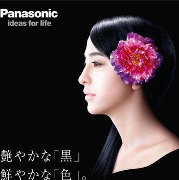 榮さんのお名前を聞いたことはなくても、このCMをご覧になった方は多いのではないでしょうか。 美しい黒髪を長く伸ばした滝川クリステルさんを飾った、色鮮やかな牡丹の花。この簪を作ったのが榮さんです。