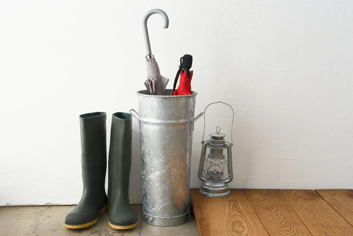 雨の日にしか使わないけれど、ないと困るのが傘立て。収納力があって、玄関において置いてもさまになるデザインのものがいいですよね。こちらはフランスの伝統あるガーデン用品メーカーであるギルアード製の、フラワーバスケット。本来はお花を入れる道具ですが、傘立てにしてみませんか?