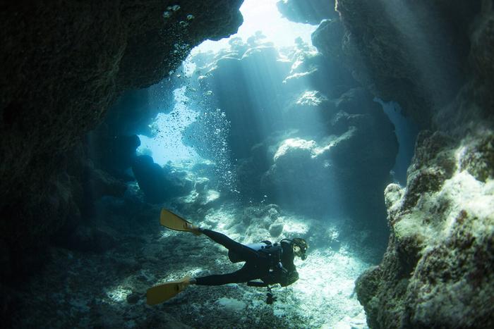 渡嘉敷島にはこんな風に岩の入り組んだところも。 「青の洞窟」さながら、差し込む光の美しさにうっとりします。