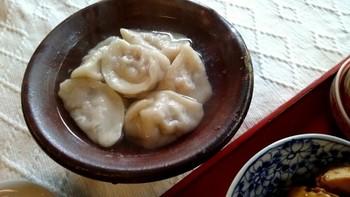 噛むごとに味がしっかり感じる厚めの皮の水餃子や、中国粥、炸醤麺、豚まん、ココナッツ豆腐といった、食事やスイーツも楽しめます。