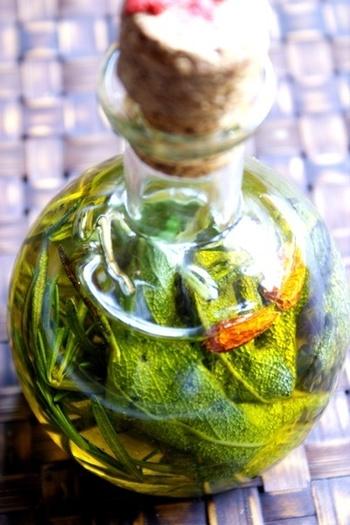 熱湯消毒した瓶に、ローズマリーやセージ、にんにくや唐辛子を浸して。パスタやサラダ、オイル煮に大活躍。※保存の目安は2ケ月。