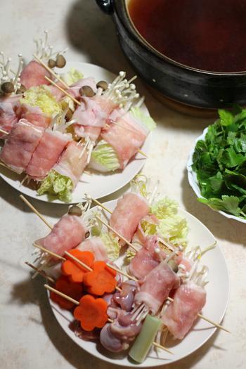 串鍋は下処理がポイント。野菜を豚肉で巻いて串をします。ほうれん草や白菜・キャベツなどは下ゆでしてから巻くとうまくいきます。逆に、下ゆでした白菜やキャベツなどで肉を巻き込む方法もあります。断面がきれいなので、それを生かして串に刺すのもおすすめ。