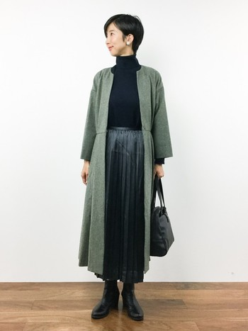 ノーカラーのシンプルながら洗練されたシルエットのロングコートと光沢のあるプリーツスカートが、エレガントな装いに導きます。全体を落ち着いた色味合わせにして大人上品に仕上げました。
