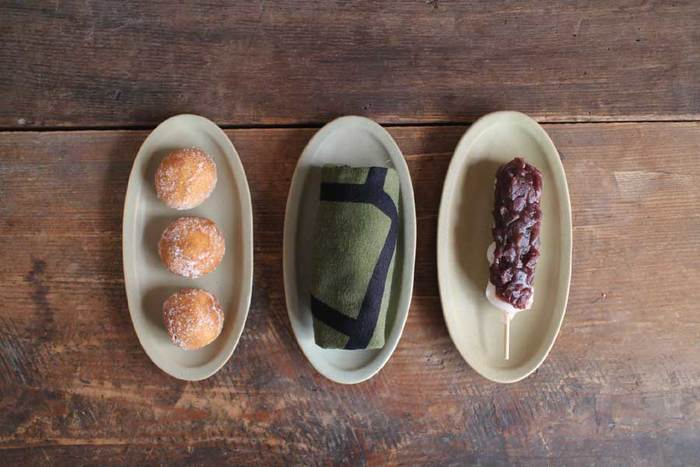 同じく1人分の串ものに便利な楕円のお皿。ほどよい楕円の形は、食べ物だけでなくおしぼりを乗せたりと、色々な用途に使えます。