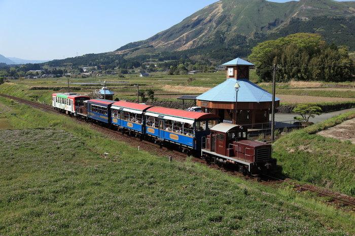 窓ガラスがないキュートなトロッコ列車と、日本一長い駅名を持つ「南阿蘇水の生まれる里 白水高原駅」。暖かくなったらぜひ乗ってみたいですね。