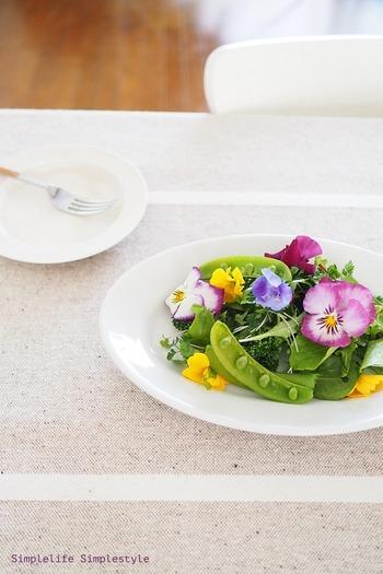 調理方法や盛り付けにも季節感の演出を。こちらは春の食卓をイメージしたエディブルフラワーのサラダ。一皿でハッピーな気分になれますね♪