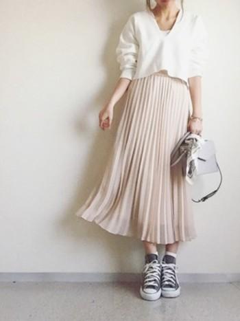 やさしい色づかいがフェミニンなプリーツスカート。明るい日差しの中を散歩したくなるような、春らしさ溢れるコーディネートです。 ボトムが長いとバランスがとりづらいと感じる方は、思い切り短めのトップスを選んでみるとしっくりくるかもしれません。