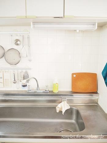 DAHLIA★さんの家の流し周りにあるのは、洗剤・クロススポンジ・パイルレンジクロスだけ。モノを減らせば減らすほど見た目がスッキリし、掃除をする手間も省けます。