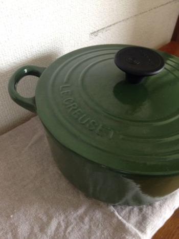 水切りカゴの代わりにリネンのふきんを使えば場所を取らないし、炊飯ジャーはルクルーゼのお鍋で代用。あるのが当然と思っていたものでも、意外とどんどん減らすことができます。