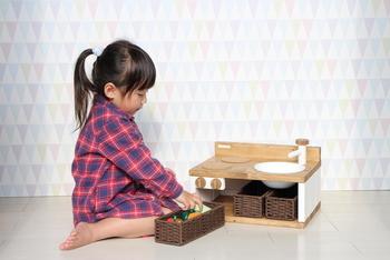 テーブルの上など、どこにでも持ち運びができるままごとキッチンです。必要最小限の小物も収納することができます。
