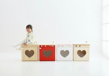 ばら売りしているカラーボックスで作れそうな大きさです。収納部分にふたをつけることで目隠しにもなります。子どもの体の大きさにぴったりの高さですね。