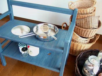シンクをはずしふたをすることで、子ども用のベンチとして使えるままごとキッチンです。ベンチとして使わなくなったあとは、大人が楽しめる飾り棚や、植物のプランター置きとしても使える大きさです。