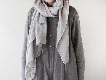 いちばん簡単で基本的な巻き方です。 ①スカーフをふんわり首にかけます。 ②スカーフの片方どちらかを長めにします。 ③長めにした端をふんわり首に1周巻きつけます。 ④左右の長さが同じくらいになるように整えます。