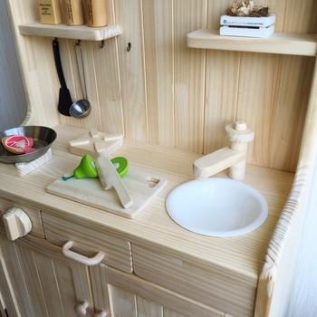 おしゃれな木製のおままごとキッチンは、大人のインテリアにも馴染むのが魅力。既製品では手の届かない木製のキッチンですが、DIYなら、予算を抑えて手に入れられます。DIYだからこそのぬくもりを、子どもに感じてもらえるのもいいですね。