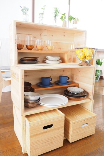 食器棚だと場所を取りますが、そんな時も木箱の出番です。狭いスペースを有効活用しながら効率的に収納できます。