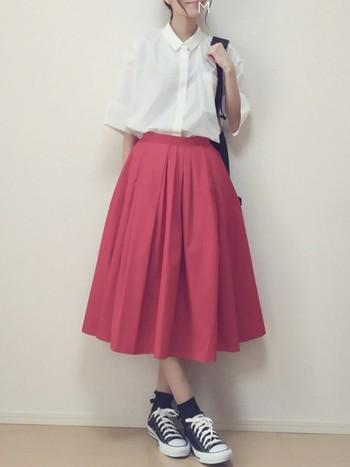 ミモレ丈のフレアスカートは、思い切って鮮やかなカラーに挑戦。ゆとりのあるウェストマークは、ゆったりシルエットに程よいアクセントを加えてくれます。トップスはシャツで合わせて、スクールガール風に。