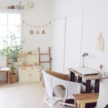 子どもが遊ぶスペースをリビングに設けている方も多いのではないでしょうか。白で統一されたナチュラルなインテリアにも、DIYで作られたままごとキッチンはよく合います。統一感があっておしゃれにまとまっています。