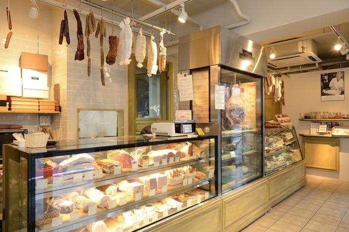 店内は従来のフランスの肉屋をイメージして作られたオシャレな雰囲気です。