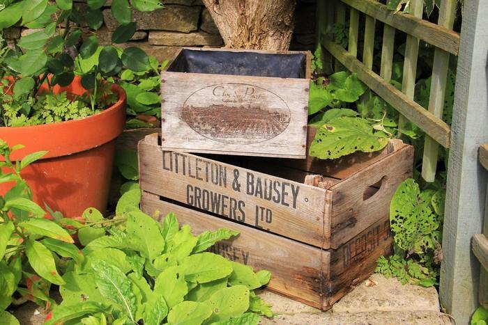 屋外なら、ワインクレートなどの木箱もおすすめ。重くなり、移動はしづらくなりますが、ハーブも土も、たっぷり入れることができます。最初に、底板に、排水のための穴を開けましょう。