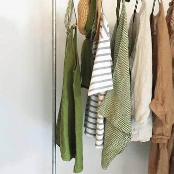 クローゼットの中は、必要最低限のお洋服に揃えて、ミニマムにすっきりとさせておくことも大切です。忙しい朝にあれこれ迷うことなく、その日に着る服をセレクトできるので時短に繋がります。