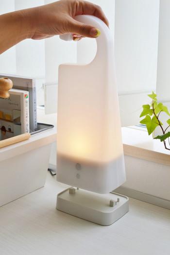 こちらは「無印良品」の、「持ち運びできるあかり」。シンプルで柔からな灯りは、寝室、玄関、デスク…など、どんな場所へ持って行っても馴染みます。持ち手部分がフックになっていて吊り下げができるのも便利。いざというときは防災灯としても力を発揮しそう。