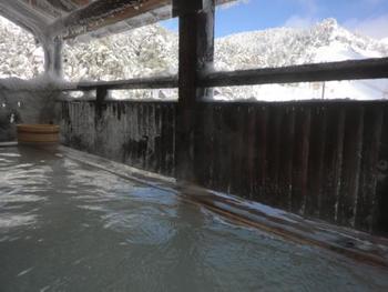 """群馬、万座温泉「日進舘」の雪見温泉は、その名も""""極楽湯""""。まさに極楽気分にひたれる温泉です。標高1800mから眺める景色もまた格別です。"""