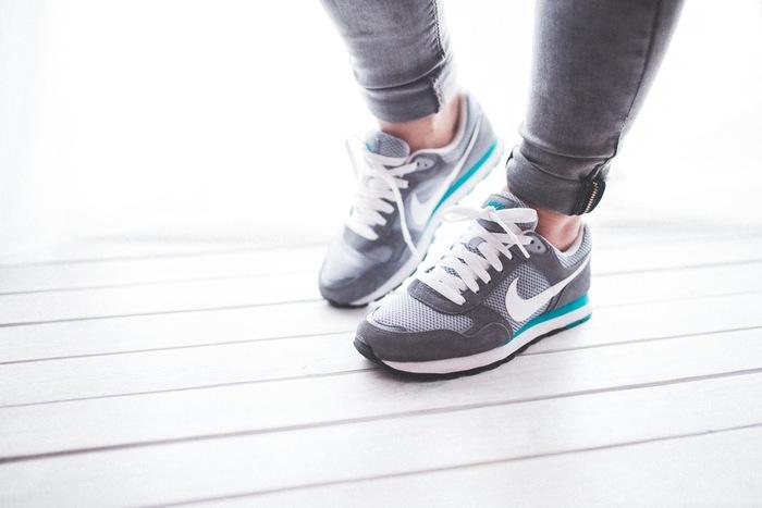 なるべく階段を使ったり寝る前にストレッチをするなど、意識的に体を動かしてみましょう。お腹が凹んだりむくみが減るなど、目に見えて変化を実感できるのも嬉しいところです。