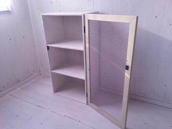 カラーボックスには加工しない作り方も。ホームセンターで木材を買って、穴をあけてもらえば簡単ですね。(直線のみの加工しか対応していないお店もあるので、購入前に確認してくださいね)