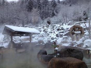 北海道「豊平峡温泉」にある日帰り入浴「やわらぎの里」。大自然の雄大さを眺めながらのお風呂を満喫できます。お湯は源泉かけ流し。近くには定山渓温泉もあり、そちらに泊まってお湯の違いを楽しむのも良さそうですね。