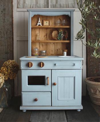 アンティーク調のカップボードを意識して作られたままごとキッチンです。水色の色合いもきれいですね。小物もいろいろと揃えたくなるキッチンです。