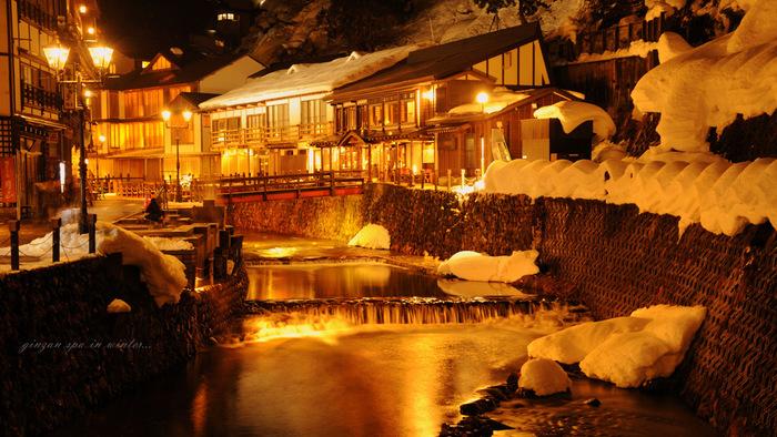 息を白く染めながら、温かなお風呂で眺める壮大な雪景色。冬ならではの楽しみです。