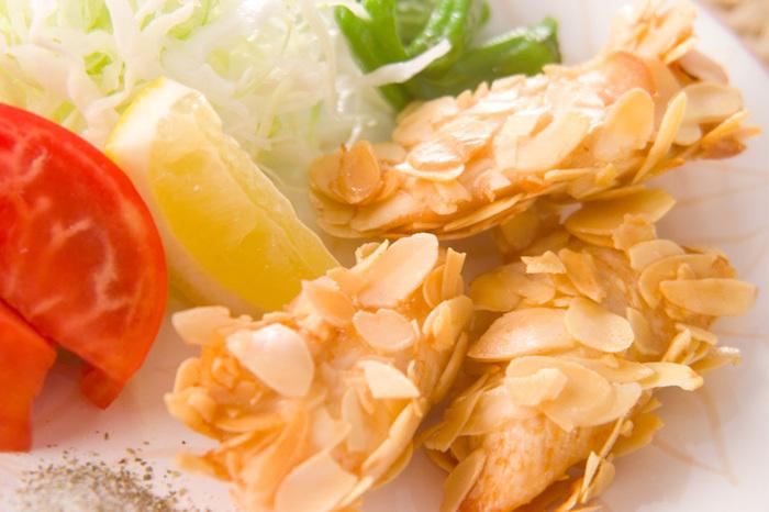 まるで魚のようなウロコのこの揚げ衣は、製菓などでよく用いられるアーモンドスライスが使われています。