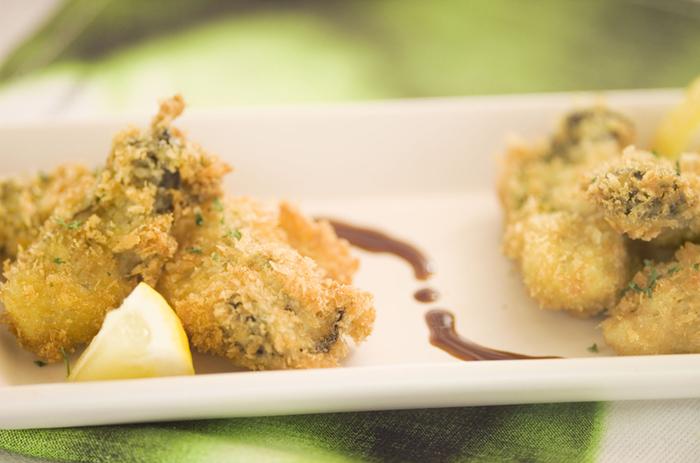 牡蠣フライの衣にチーズを混ぜることで、一気にコクがアップ。塩とレモンで食べるのがおすすめです。