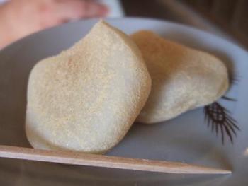 あずき餡がたっぷり入ったお餅に、きな粉がまぶしてある素朴なお餅です。なつかしいようなほっとする味わい。 毎月25日には、黒砂糖あんのおもちが限定発売されますよ。