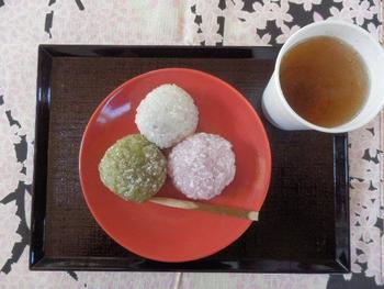 お米の形を残したもち米に、上品な甘さのこしあんが入っています。つぶつぶやわらかなもち米の触感と、こしあんのやさしい甘さが口の中に広がります。ほんのり色づいて見た目もかわいい和菓子です。