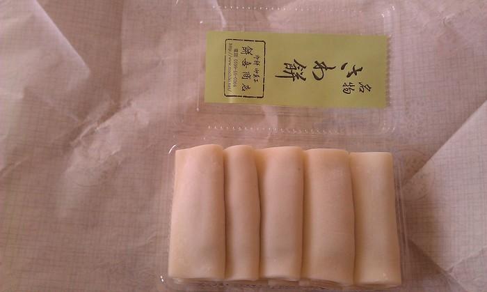 松阪から伊勢にかけて身近な和菓子「さわ餅」。 薄くのばして四角く切ったお餅に、こしあんを乗せて二つ折りに包んだ和菓子です。 白やよもぎなどの種類があり、ほのかな甘みで、昔ながらの素朴な味わいです。 いろいろな和菓子屋さんで作られています。