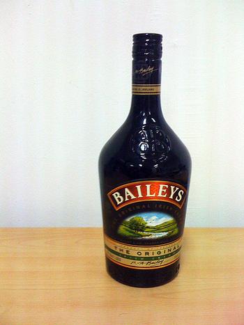 マシュマロとクリーム系リキュール「ベイリーズ」の相性は抜群!グラスに「ベイリーズ」をそそぎ、そこに焼きマシュマロを浮かべるだけ。