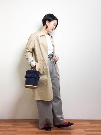 カッコいい雰囲気のワイドパンツコーデも、足元をバレエシューズにすることで女性らしさが光ります。オフィスコーデにも良さそうな大人っぽいスタイルです。