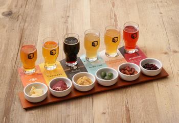 その場で作られた6種類のビールがテイスティングできる、ブルワリーが併設されたオールデイダイニングとして、休日の昼間からお酒を楽しむ人々で賑わっています。