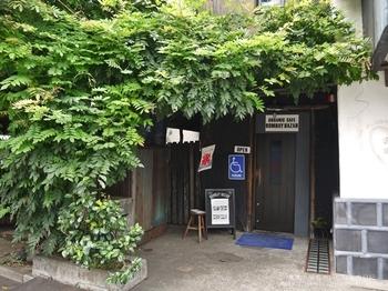 代官山の人気店、ハリウッドランチマーケットの系列で、藍染めなど日本らしいアイテムが揃うお店、OKURA。 そんなお店の地下にあるのがボンベイバザーです。