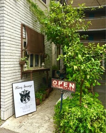 2013年に八幡通りにオープンしたサンドイッチショップです。 白くて明るく清潔感のある店内です。 バーカウンターがあり、カクテルメニューも充実しています。