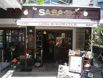 代官山駅から程近い場所にあるバーガーショップSASA。 ぬくもりのあるウッディな店内はどこかホッとする空間です。
