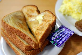 毎朝のように食べるものだからこそ、シンプルで食べ飽きず、かつ美味しいってことがとっても重要ですよね。今回は、毎日食べたくなる全国各地のおいしいと評判の食パンを集めました!