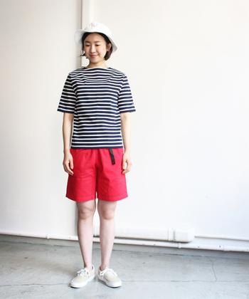 コーデを決める時には、他のアイテムも揃えてみるとイメージしやすいですね。赤いショートパンツとあわせて元気よく。夏のお出かけスタイルの完成です☀