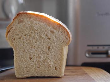朝ご飯の定番の食パン。そのまま食べたり、トーストしたり、さらにはジャムやお惣菜系の具材をのせたりと、豊富なアレンジが楽しめる、万能パンです。