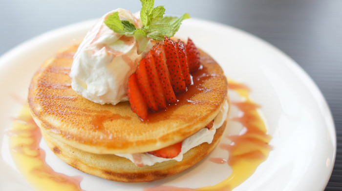 大人気の定番メニューはこちらのストロベリーデコレ(995円)。 ふわっふわのパンケーキなのでペロリと食べられます。