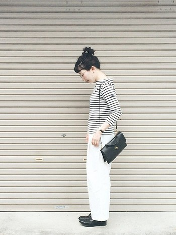 ホワイトパンツも可愛いですね♪小物は黒で、甘くなりすぎないように。