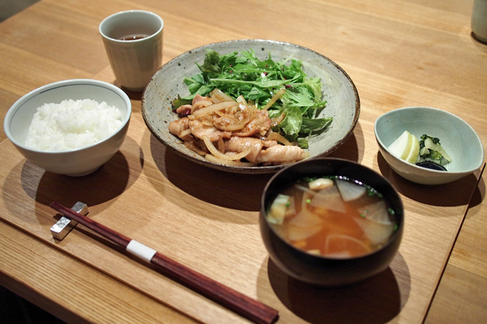 ランチのセットは1500円~。 写真は三元豚のしょうが焼きセットです。 その他素材にこだわったメンチカツや西京焼きなどがあります。 少々お高めですが、美味しいお米を味わうことが出来ます♪