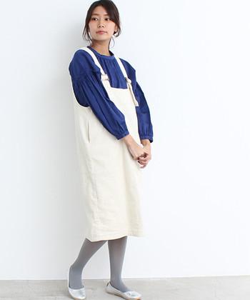 ジャンパースカートと合わせたレトロな雰囲気なコーディネート。シルバーのバレエシューズにグレータイツを合わせてワントーンにすると、足元がすっきりと見えますね。