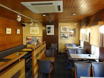店内は喫茶店らしい落ち着いた雰囲気。数量限定のランチメニュー目当てにお昼時は特に混み合います。お目当てのメニューがあるなら、予約をしていくのがおすすめです。